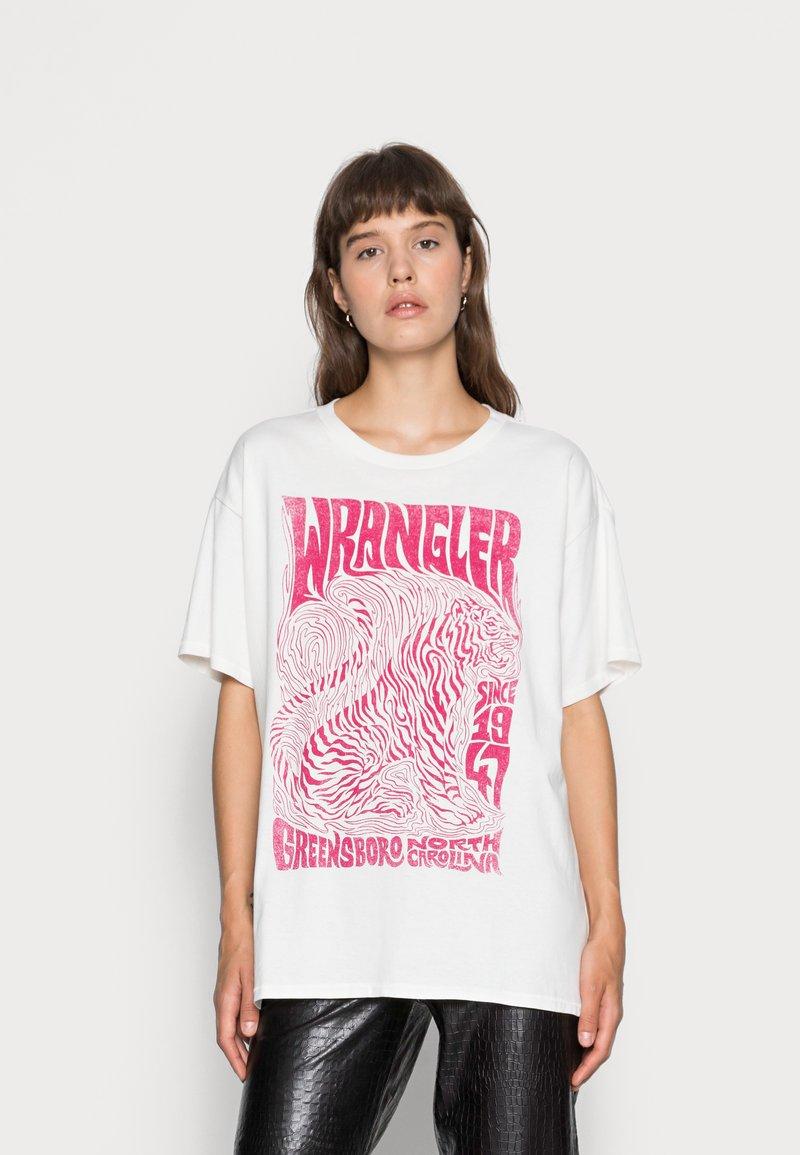 Wrangler - OVERSIZED TEE - Print T-shirt - wornwhite