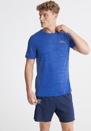 SUPERDRY TRAINING T-SHIRT - T-shirt med print - 70's blue space dye