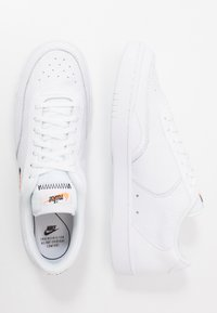 Nike Sportswear - COURT VINTAGE UNISEX - Sneakersy niskie - white/black/total orange - 1