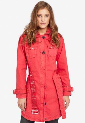 MENNA2 - Trenchcoat - red