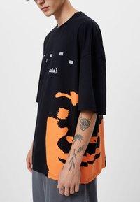 Bershka - T-shirt con stampa - black - 3
