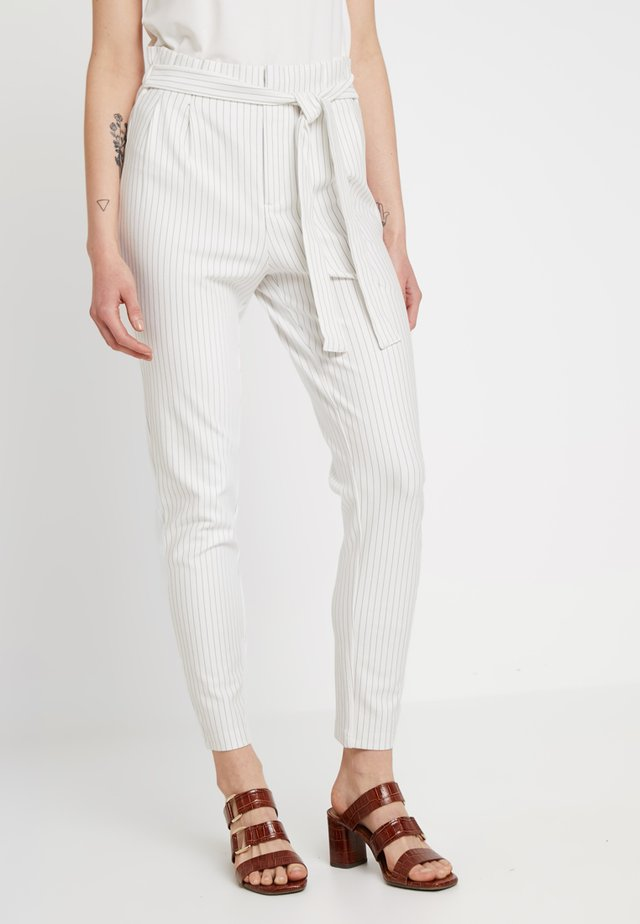ONLFLORENCE POPTRASH PIN PANT - Pantalones - cloud dancer/ black