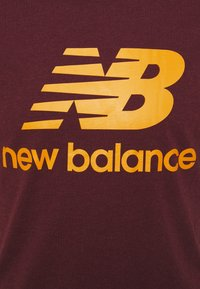 New Balance - ESSENTIALS STACKED LOGO TEE - Print T-shirt - red - 2