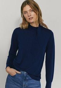 Massimo Dutti - MIT SEITLICHER SCHLEIFE AM AUSSCHNITT  - Sweatshirt - dark blue - 1