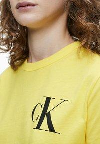 Calvin Klein Jeans - Print T-shirt - solar yellow - 3
