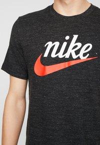 Nike Sportswear - HERITAGE TEE - T-shirt med print - black - 4