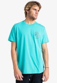 Billabong - ADVENTURE DIVISION  - Print T-shirt - dark mint - 0