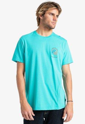 ADVENTURE DIVISION  - Print T-shirt - dark mint