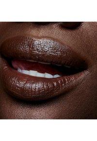 MAC - AMPLIFIED CRÈME LIPSTICK - Lipstick - move your body - 1