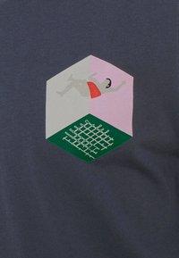 Henrik Vibskov - MAN IN BATHROOM TEE - T-shirt imprimé - dark blue / multi-coloured - 5