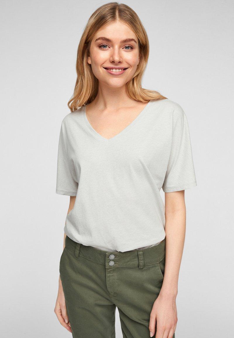 Q/S designed by - MIT V AUSSCHNITT - Basic T-shirt - white melange