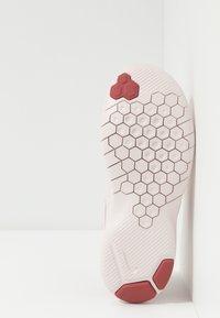 Nike Performance - FLEX EXPERIENCE RN 8 - Minimalist running shoes - light redwood/metallic red bronze/echo pink/light soft pink - 4