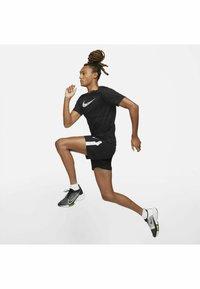 Nike Performance - RUN SHORT - Korte sportsbukser - black/white - 7