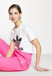 adidas Originals - TREFOIL TEE - Print T-shirt - white - 3