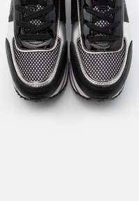 KARL LAGERFELD - VELOCITA MAISON LACE - Sneakersy niskie - black/silver - 6