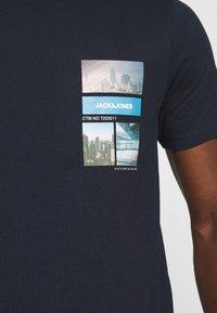 Jack & Jones - JCOCOOL YODA TEE  - T-Shirt print - navy blazer - 5