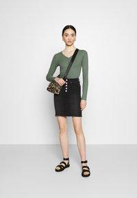 ONLY - ONLBLUSH - Minifalda - black denim - 1