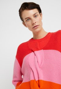 CHINTI & PARKER - GIANT CABLE SWEATER - Neule - bright red/peony/true orange - 3