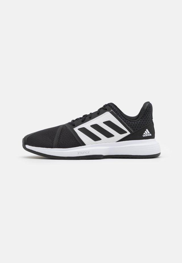 COURTJAM BOUNCE CLAY - Tennissko til grusbane - core black/footwear white/grey three