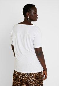 Missguided Plus - CURVE V NECK 2 PACK - Print T-shirt - white/black - 3