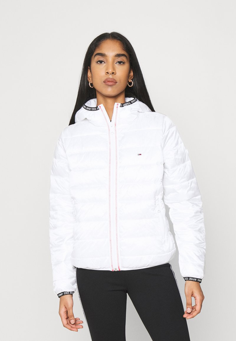 Tommy Jeans - TJW QUILTED TAPE HOODED JACKET - Jas - white
