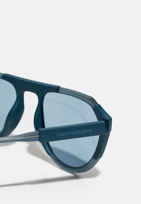 Calvin Klein Jeans - UNISEX - Sunglasses - matte crystal/teal - 3