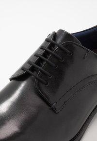 Ted Baker - VATTAL - Elegantní šněrovací boty - black - 6