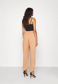 Missguided - BASIC - Teplákové kalhoty - camel - 2