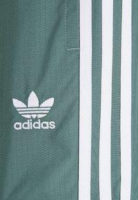 adidas Originals - UNISEX - Verryttelyhousut - hazy emerald - 5