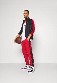 Jordan - AIR THERMA PANT - Teplákové kalhoty - gym red/black - 1