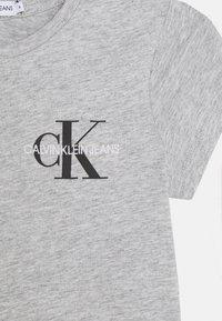 Calvin Klein Jeans - CHEST MONOGRAM - T-Shirt basic - grey - 2