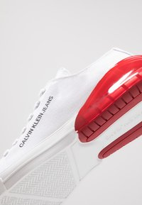 Calvin Klein Jeans - MUNRO - Trainers - white/red - 5