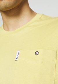 Ben Sherman - SIGNATURE POCKET TEE - Basic T-shirt - pale yellow - 4