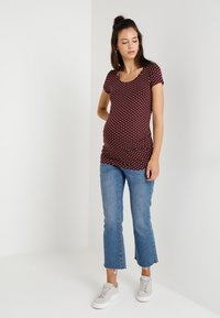 Zalando Essentials Maternity - T-shirt z nadrukiem - winetasting/offwhite - 1