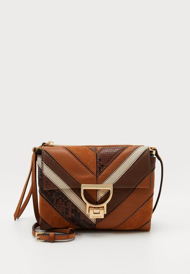 ARLETTIS CHEVRON - Handbag - multi caramel