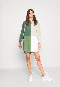 Missguided Tall - COLOURBLOCK OVERSIZED DRESS - Denní šaty - green - 1