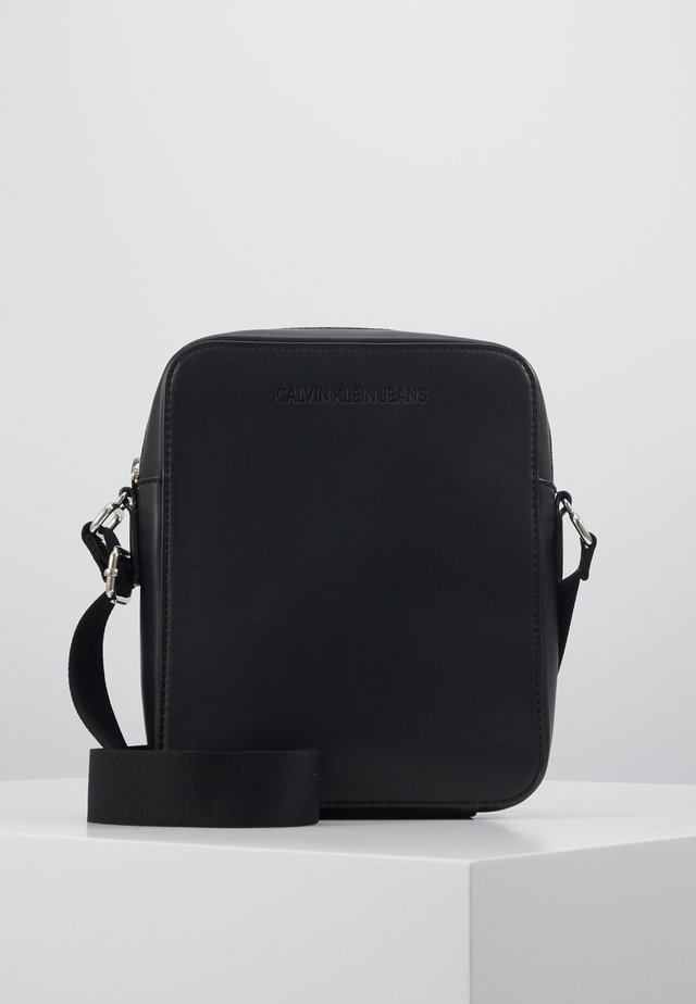 FLATPACK - Taška spříčným popruhem - black