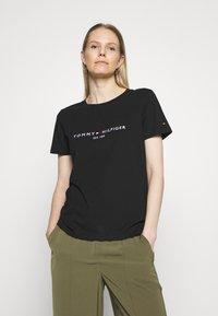 Tommy Hilfiger - T-shirt z nadrukiem - black - 0