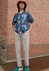 Carhartt WIP - JOHNSON PANT MIDVALE - Pantalones chinos - glaze - 1