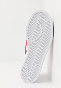 adidas Originals - SUPERSTAR SPORTS INSPIRED SHOES UNISEX - Sneakersy niskie - footwear white/scarlet - 5