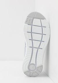 Under Armour - CHARGED IMPULSE - Neutrální běžecké boty - halo gray/white/pitch gray - 4