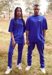Tommy Hilfiger - LEWIS HAMILTON OVERSIZED UNITY GLOBE TEE - Print T-shirt - sapphire blue - 5