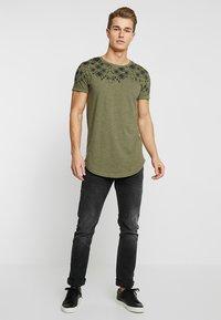 TOM TAILOR DENIM - Print T-shirt - dusty olive green - 1
