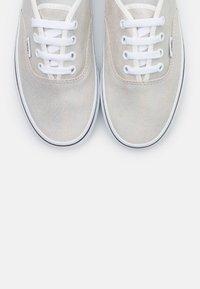 Vans - AUTHENTIC - Trainers - metallic/blanc de blanc - 5