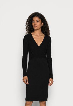 DRESSES FLAT - Pletené šaty - black