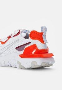Nike Sportswear - NIKE REACT VISION - Sneakersy niskie - white/lt smoke grey-team orange-team red-pure platinum - 5