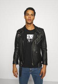 Calvin Klein Jeans - MIRROR LOGO SEASONAL TEE - Print T-shirt - black - 3