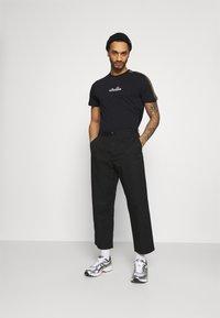 Ellesse - CARCANO - T-shirt z nadrukiem - black - 1