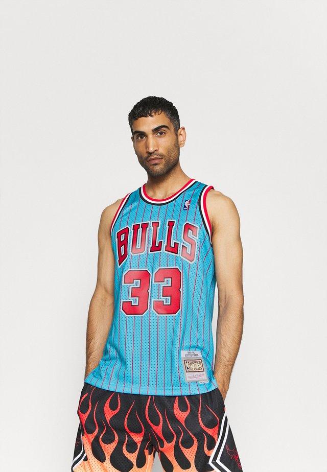 NBA CHICAGO BULLS RELOAD 2.0 SWINGMAN SCOTTIE PIPPEN - Squadra - light blue