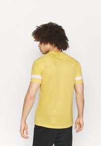 Nike Performance - Camiseta estampada - saturn gold/white - 2